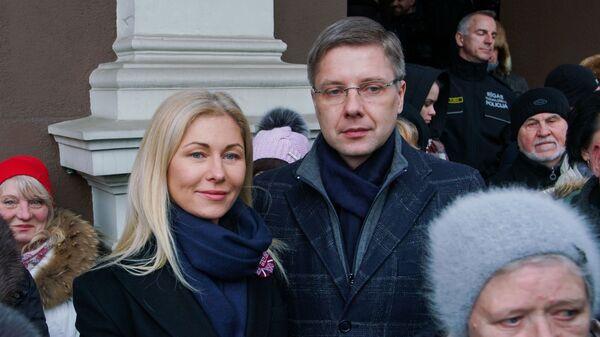 Мэр Риги Нил Ушаков с супругой Иветой на митинге в свою поддержку на Ратушной площади латвийской столицы