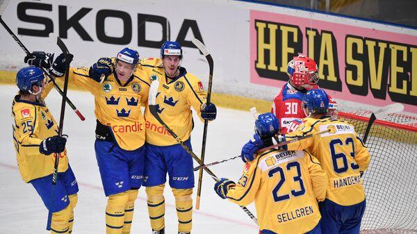 Хоккеисты сборной Швеции радуются заброшенной шайбе в ворота россиян