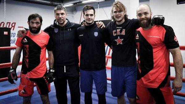Хоккеисты СКА на тренировке с бойцами MMA