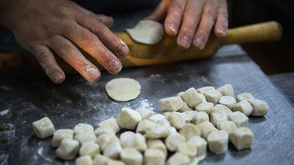 В Челябинской области серебряные волонтеры обучают детей кулинарии