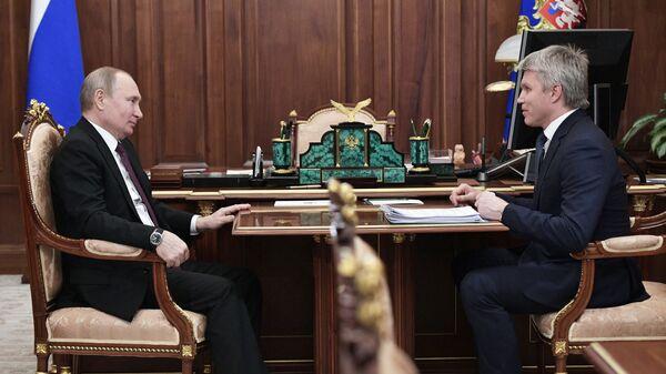 Президент РФ Владимир Путин и министр спорта РФ Павел Колобков во время встречи. 11 февраля 2019