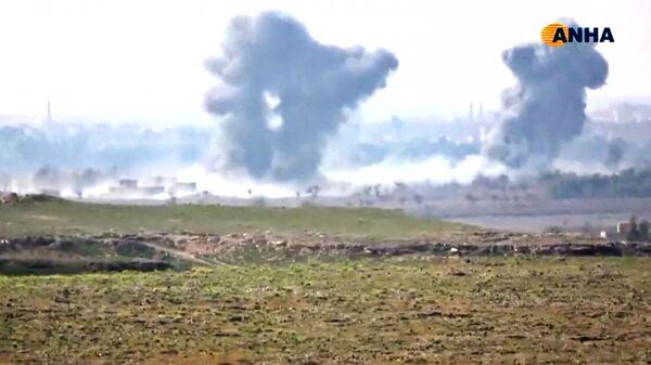 Дым над деревней Багуз в сирийской провинции Дейр-эль-Зор