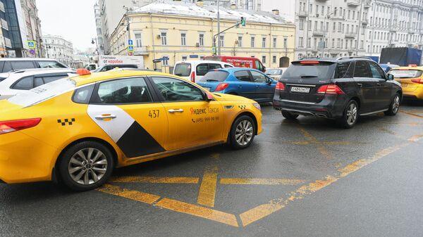 Автомобили на вафельной разметке в Москве