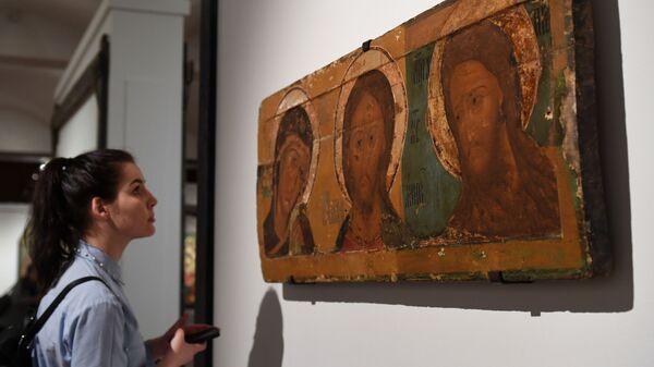 Посетительница на выставке Обретение. Иконы из собрания Ярославского художественного музея
