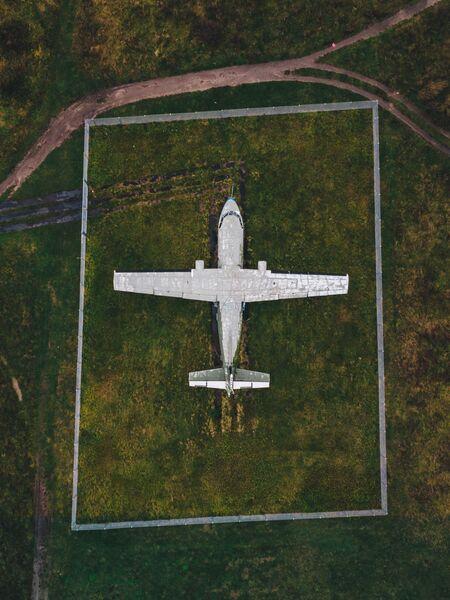 Заброшенный самолет в аэропорту Темпельхоф. Берлин. Германия