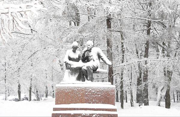 Заснеженный памятник В.И. Ленину и Н.К. Крупской на пересечении улицы Крупской и Ленинского проспекта в Москве