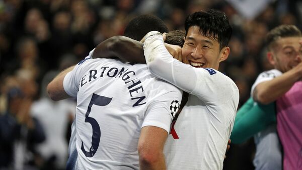 Футболисты Тоттенхэма радуются победе