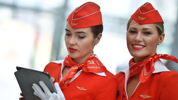 Девушки в форме стюардесс авиакомпании Аэрофлот на Российском инвестиционном форуме в Сочи