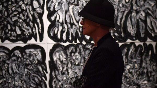 Посетительница выставки Новый футуризм художницы Хван Ын Сон