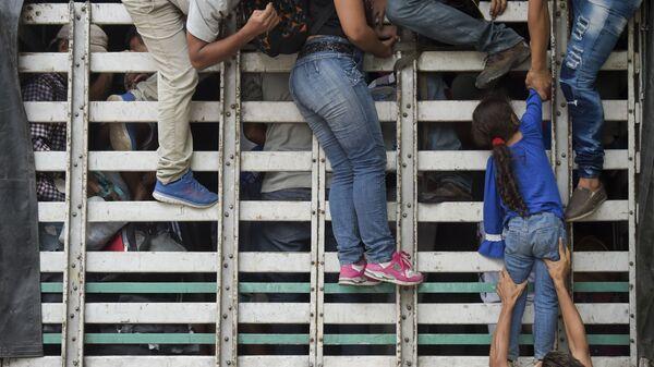 Мигранты забираются в грузовик