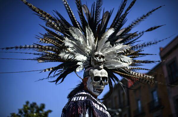 Коренной мексиканец принимает участие в церемонии очищения на площади Сокало, в Мехико. 10 февраля 2019 года