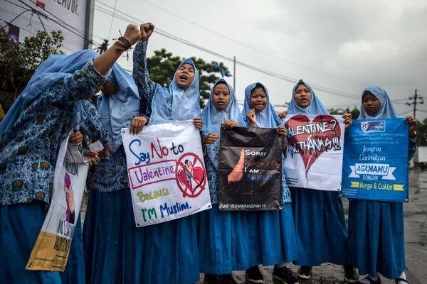 Индонезийские мусульманские студентки принимают участие в митинге против празднования Дня Святого Валентина в Сурабае