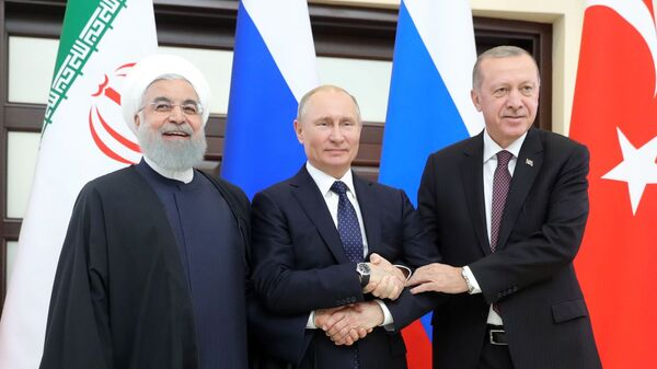 Президент РФ Владимир Путин, президент Турецкой Республики Реджеп Тайип Эрдоган и президент Исламской Республики Иран Хасан Рухани во время трехсторонней встречи глав государств – гарантов астанинского процесса содействия сирийскому урегулированию