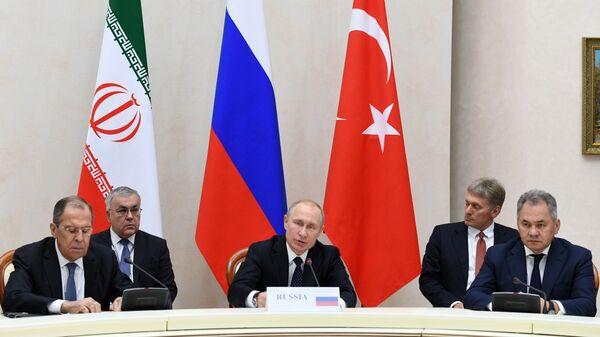 Президент РФ Владимир Путин во время трехсторонней встречи президентов России, Ирана и Турции в Сочи