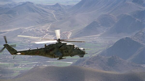 Вертолет Ми-24 направляется на боевое задание в районе дороги Кабул - Герат, Афганистан