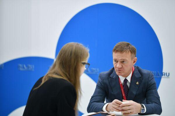 Временно исполняющий обязанности губернатора Курской области Роман Старовойт во время интервью на стенде МИА Россия сегодня на Российском инвестиционном форуме