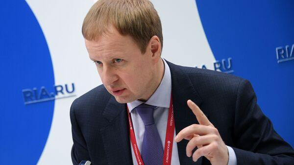 Губернатор Алтайского края Виктор Томенко на стенде МИА Россия Сегодня на Российском инвестиционном форуме в Сочи