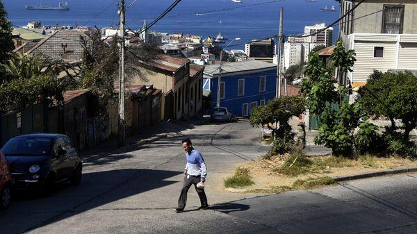 Мужчина идет по улице в Вальпараисо