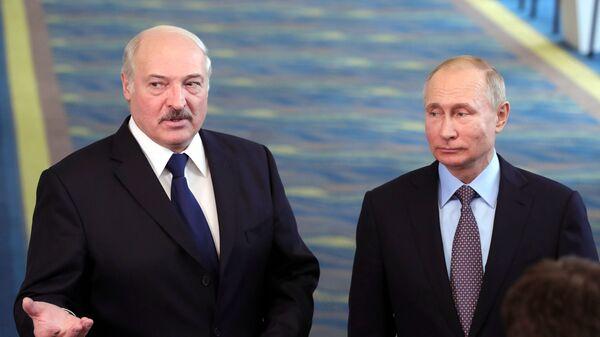 Президент РФ Владимир Путин и президент Белоруссии Александр Лукашенко общаются с журналистами после встречи в образовательном центре Сириус в Сочи
