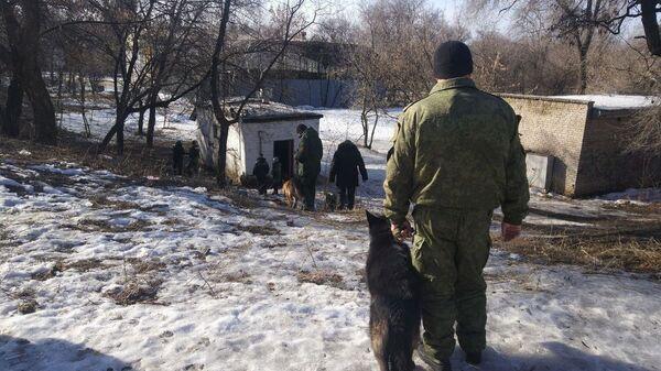 Сотрудники правоохранительных органов на месте взрыва в Донецке. 18 февраля 2019