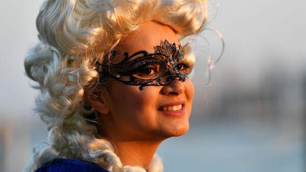 Девушка в маске в день открытия Венецианского карнавала