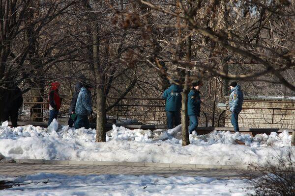 Сотрудники правоохранительных органов и МСЧ ДНР на месте взрыва недалеко от гостиницы Парк Инн в Донецке