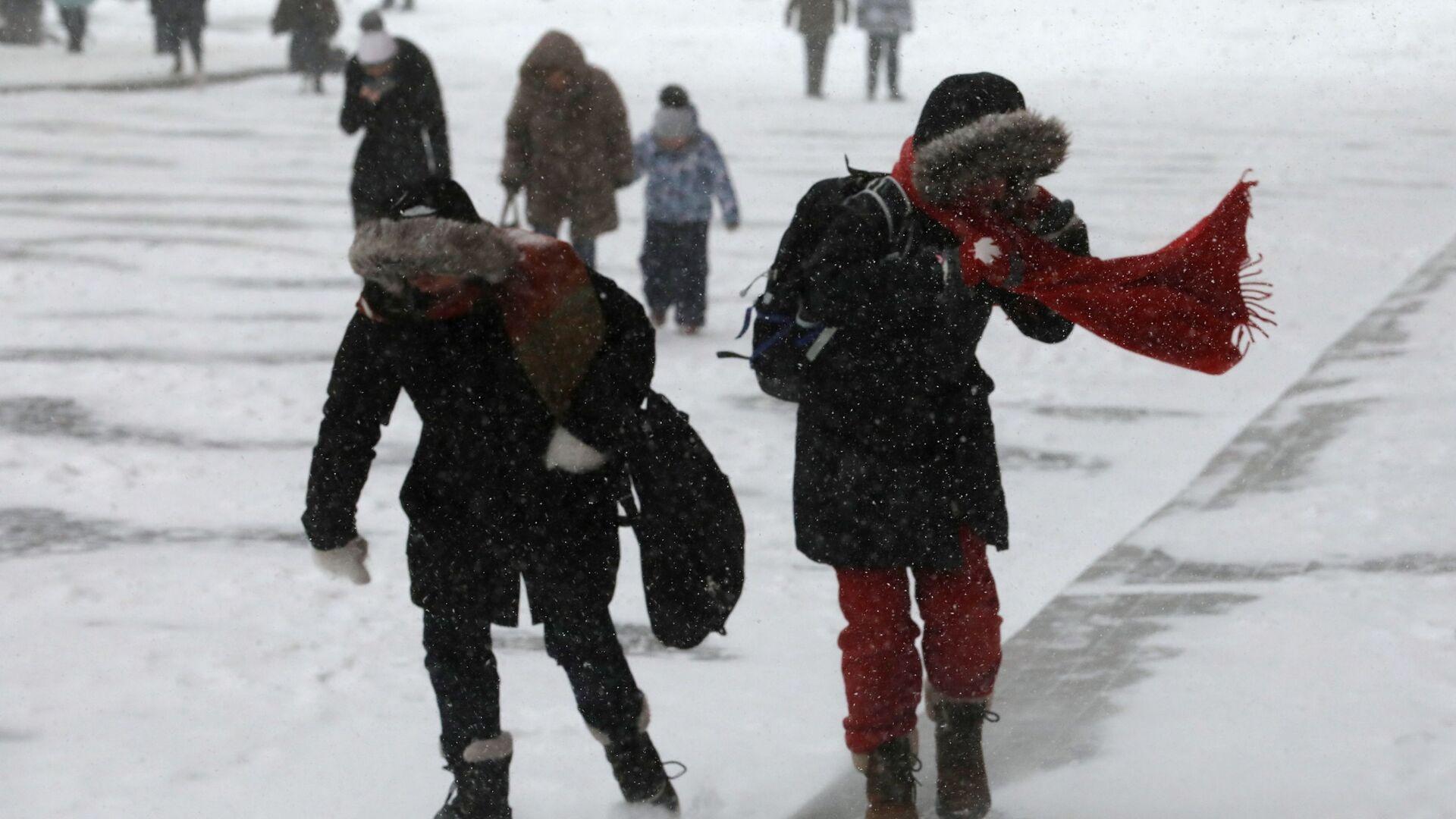Прохожие на улице во время снегопада - РИА Новости, 1920, 13.01.2021