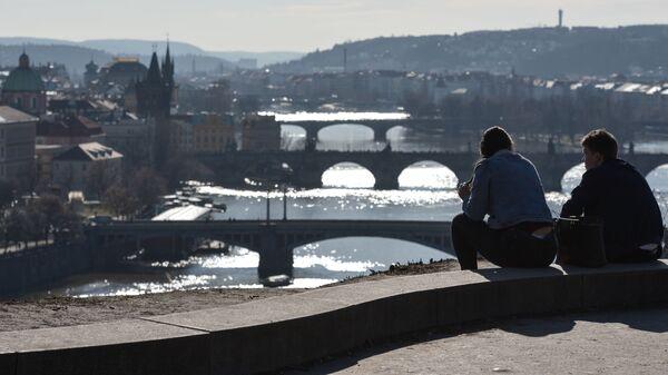 Молодые люди любуются видом Праги с горы Метроном