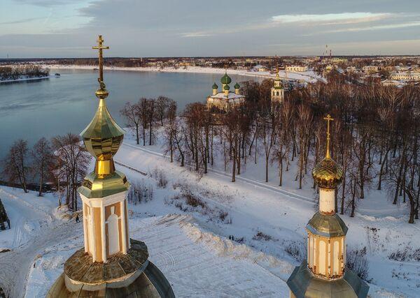 Купола церкви Казанской Богоматери и Спасо-Преображенский собор (в центре на втором плане) в Угличе