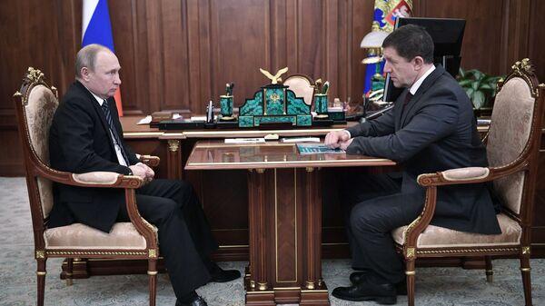 Президент РФ Владимир Путин и президент ПАО Ростелеком Михаил Осеевский во время встречи. 18 февраля 2019