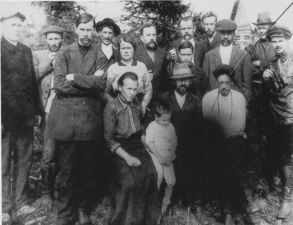 Группа ссыльных большевиков в Туруханске. Среди них Сурен Спандарян, Иосиф Сталин, Лев Каменев и Яков Свердлов
