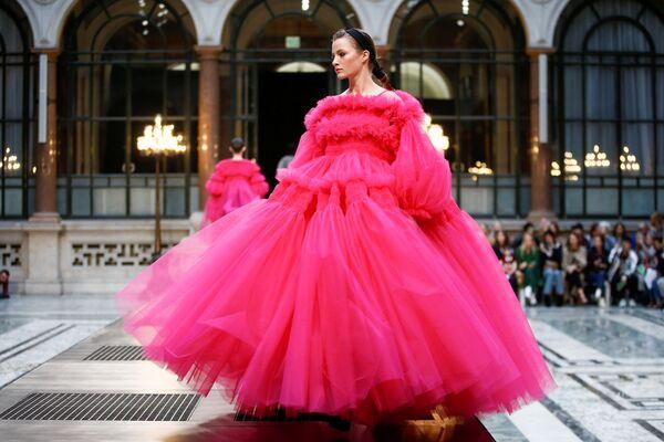 Показ коллекции Molly Goddard на Неделе моды в Лондоне