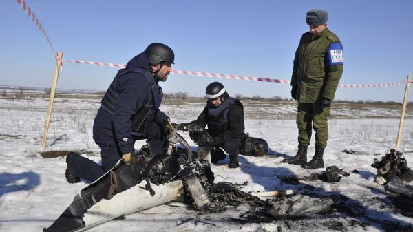 Представители ЛНР в СЦКК передают представителям СММ ОБСЕ беспилотный летательный аппарат миссии, потерпевший крушение у линии соприкосновения в Донбассе