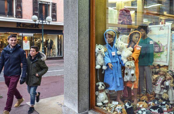 Витрина магазина детских товаров в городе Анси