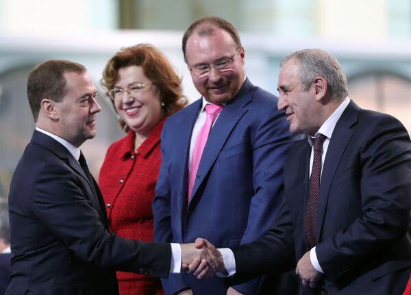 Дмитрий Медведев и Сергей Неверов в Гостином дворе перед началом оглашения ежегодного послания президента Российской Федерации Федеральному Собранию