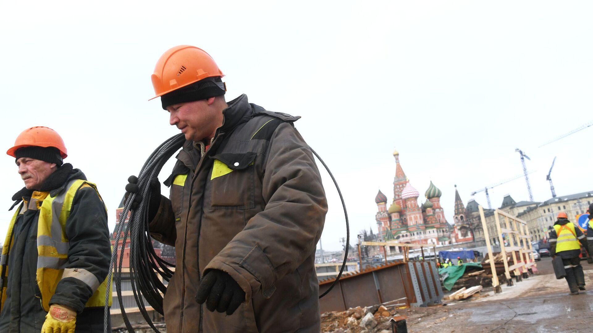 Рабочие во время ремонтных работ на Москворецком мосту в Москве - РИА Новости, 1920, 18.03.2020