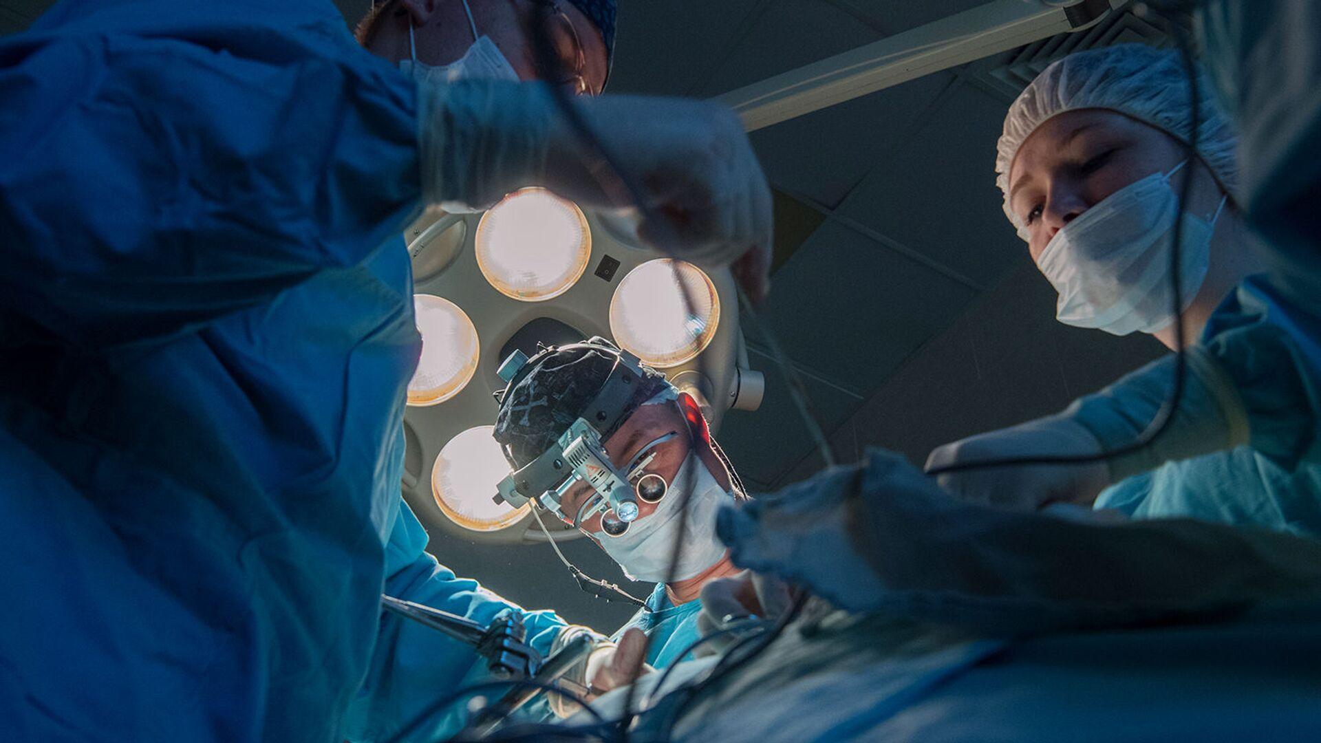 Хирурги проводят операцию - РИА Новости, 1920, 17.06.2021