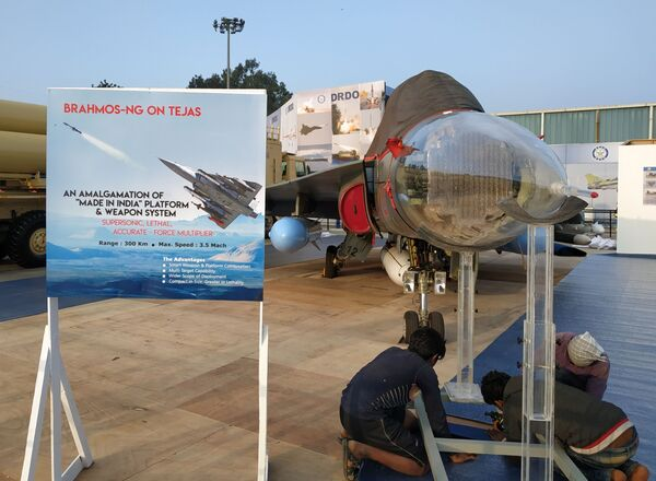 Самолет Су-30МКИ со сверхзвуковой противокорабельной ракетой PJ-10 BrahMos на выставке Aero India в Бангалоре