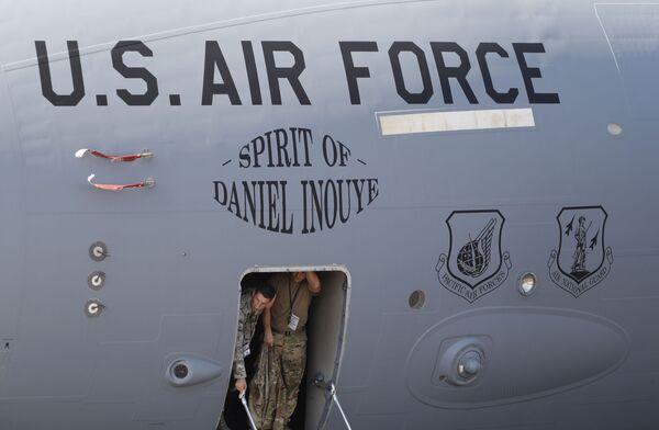 Военнослужащие ВВС США в самолете Boeing C-17A Globemaster III на выставке Aero India в Бангалоре