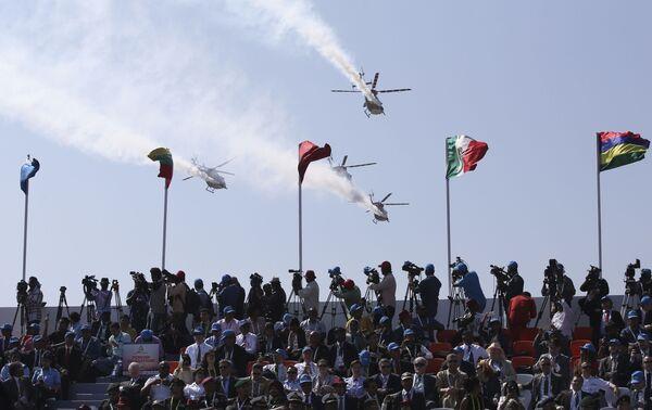 Вертоленты ВВС Индии во время показательных выступлений на выставке Aero India в Бангалоре