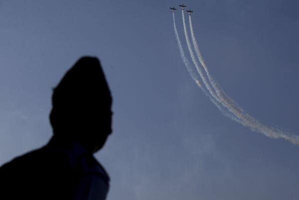 Показательные выступления британской пилотажной группы The Yakovlevs на выставке Aero India в Бангалоре