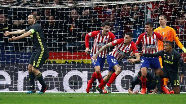 Атлетико забивает гол в ворота Ювентуса