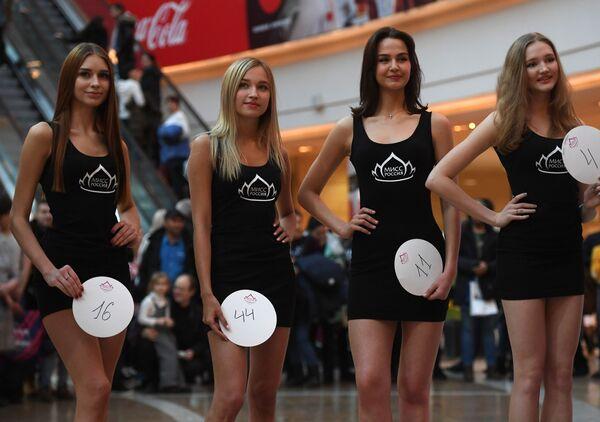 Участницы кастинга Мисс Россия 2019 в торговом центре АФИМОЛЛ Сити в Москве