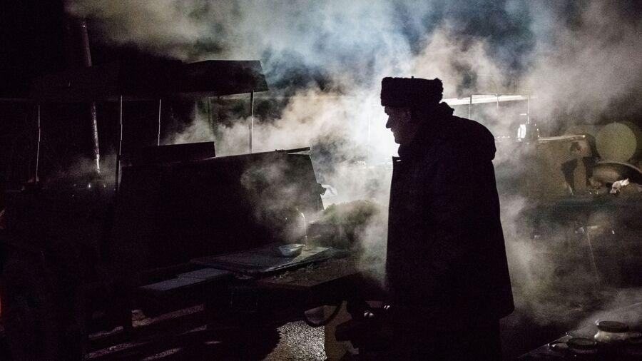 Казак-доброволец у полевой кухни на блокпосту на въезде в Крым в районе Армянска