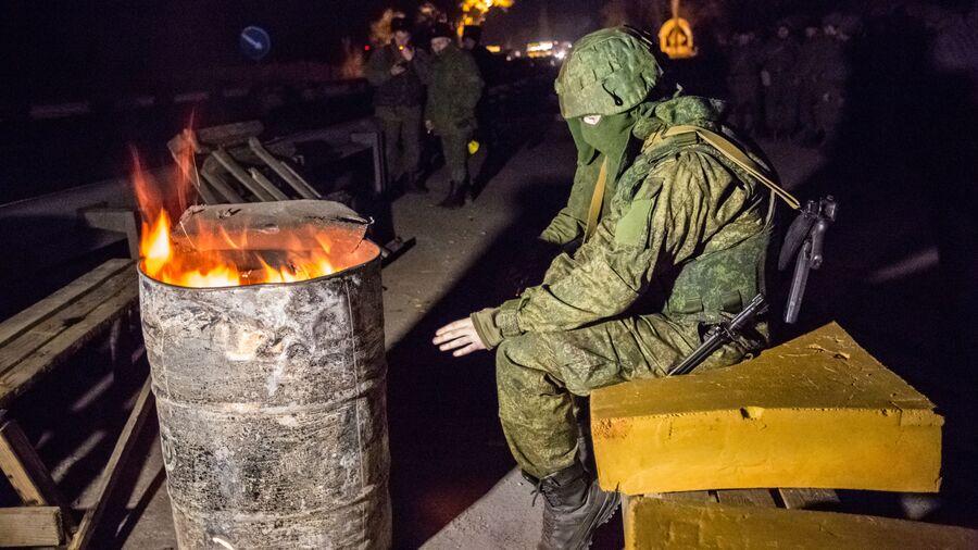 Военнослужащий на блокпосту на въезде в Крым в районе Армянска