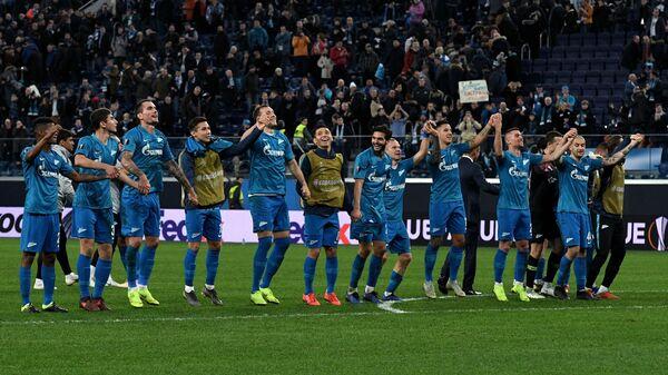 Футболисты Зенита приветствуют болельщиков после окончания матча