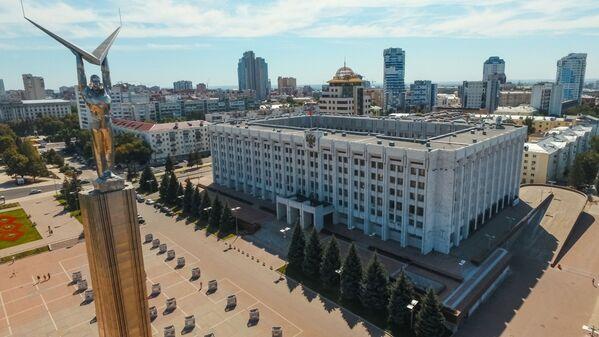 Монумент Славы и здание правительства Самарской области в Самаре