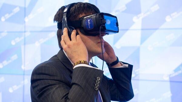 Министр науки и высшего образования РФ Михаил Котюков ознакомился с проектами РИА Новости в формате виртуальной реальности Механика аутизма и Слепые в большом городе
