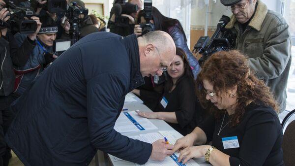 Премьер-министр Молдавии Павел Филип на избирательном участке в Кишиневе. 24 февраля 2019