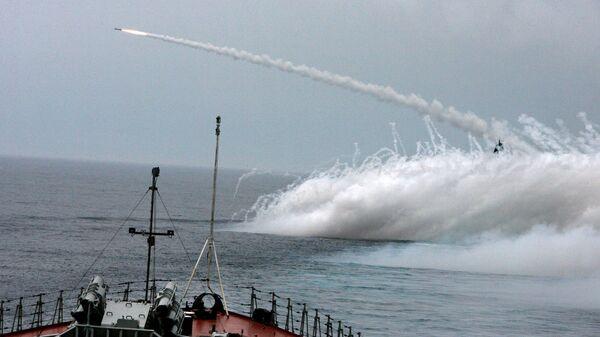 Стрельба ракетным комплексом в море
